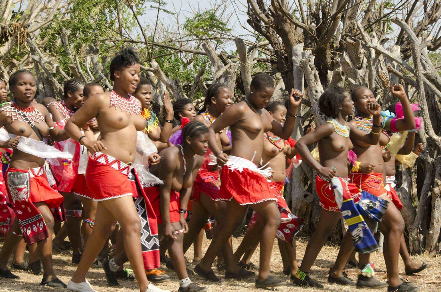 アフリカ爆乳裸族(リード・ダンスにて) (19)