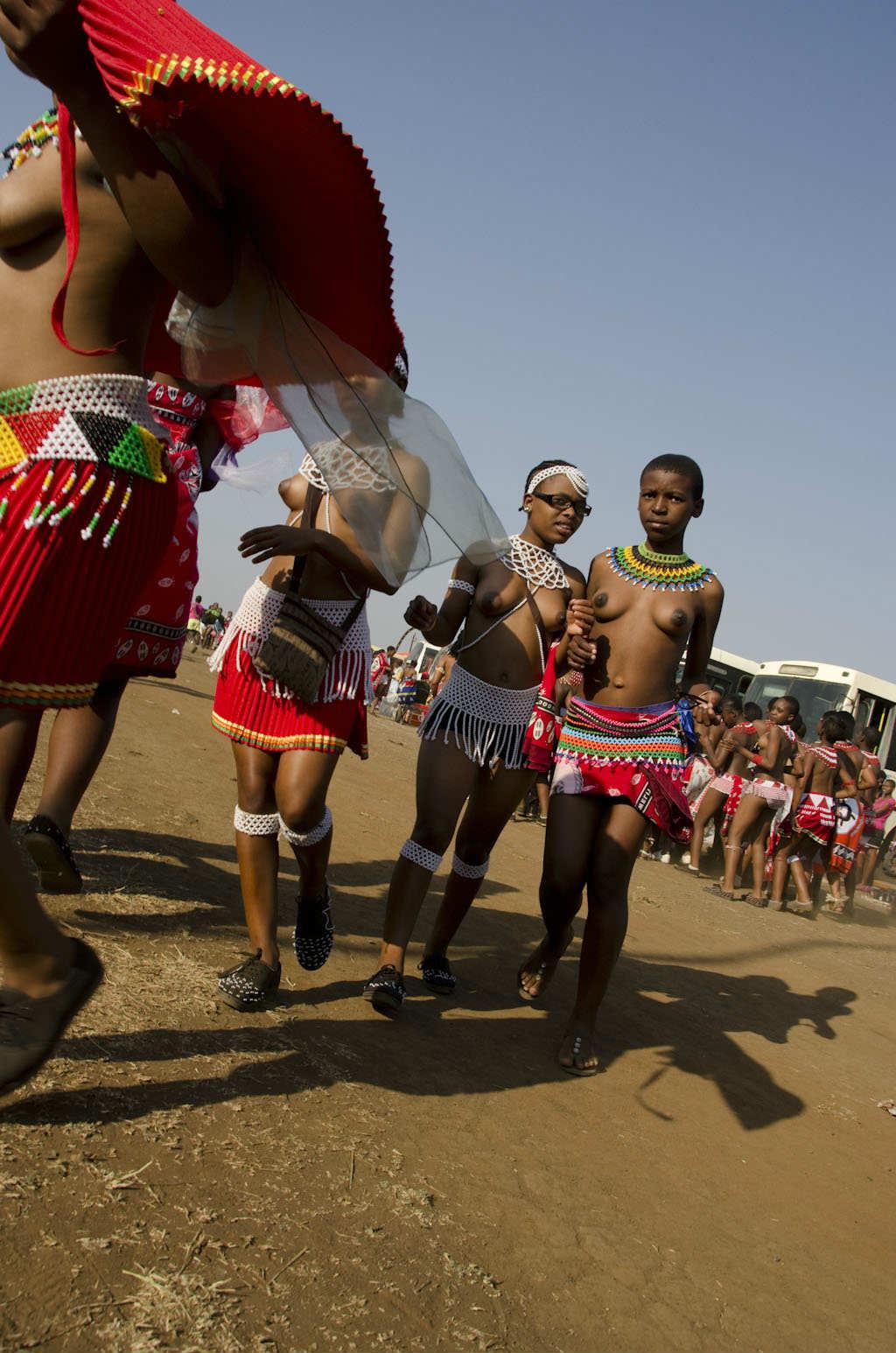 アフリカ爆乳裸族(リード・ダンスにて) (6)