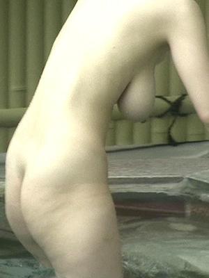 【画像】露天風呂の盗撮カメラにとんでもない爆乳女が映ってしまうwwwww(素人)