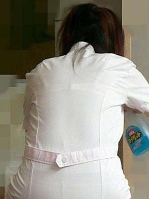 【画像】看護師さん、スケスケ制服でどエロい下着とボディラインを見せてしまう・・・